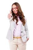 Glückliches schönes Mädchen in den stilvollen roten Gläsern, die sich Daumen zeigen Lizenzfreie Stockbilder