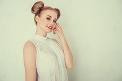 Glückliches schönes Mädchen des Nahaufnahmeporträts Stockfoto
