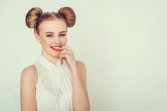 Glückliches schönes Mädchen des Nahaufnahmeporträts mit lustiger Frisur Schlauer und entwerfender Gesichtsausdruck der jungen Fra Lizenzfreie Stockbilder