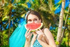 Glückliches schönes Mädchen mit Scheibe der Wassermelone auf dem Strand von a Stockfoto
