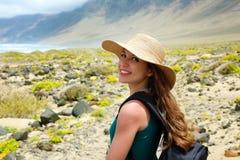Glückliches schönes Reisendmädchen mit dem Strohhut, der zur Kamera schaut Junger weiblicher Wanderer, der Lanzarote, Kanarische  lizenzfreie stockfotografie
