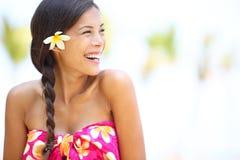Glückliches Schauen der Strandfrau zum mit Seiten zu versehen lachend Lizenzfreie Stockfotografie