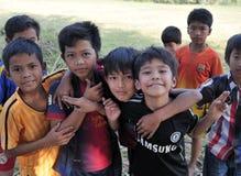 Glückliches schlechtes nettes jugendlich in tropischem Dorf Asiens Stockfotos