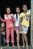 Glückliches schlechtes nettes jugendlich in tropischem Dorf Asiens Stockfoto