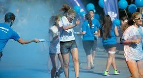 Glückliches schmutziges Mädchen während des Festivals, welches die Farbe in Barcelona laufen Lizenzfreie Stockfotos