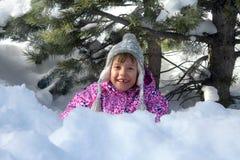 Glückliches schneebedecktes Mädchen Lizenzfreie Stockfotos