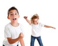 Glückliches Schreien der aufgeregten Kinder und Siegergeste Stockbilder