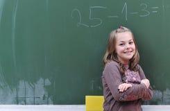 Glückliches Schulemädchen auf Mathekategorien Lizenzfreies Stockfoto