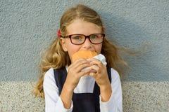Glückliches Schulkind mit dem Mittagessen Lizenzfreie Stockfotografie
