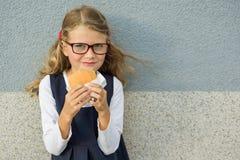 Glückliches Schulkind mit dem Mittagessen Stockbilder