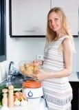 Glückliches schwangeres Hausfraukochen Stockbild