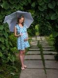 Glückliches schwangeres Mädchen auf der Natur stockbilder