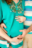 Glückliches schwangeres Paarumarmen Mann und Frau, die für Geburt erwarten Lizenzfreie Stockbilder