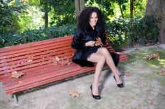 Glückliches schwarzes Mädchen mit Klammern im Park lizenzfreie stockfotos