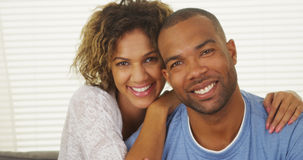 Glückliches schwarzes Paarlächeln lizenzfreie stockbilder