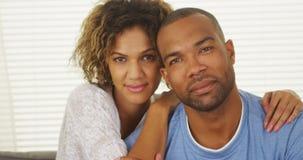 Glückliches schwarzes Paarlächeln lizenzfreie stockfotos