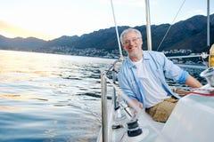 Glückliches Segelnmannboot Stockfoto