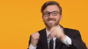 Glückliches, seinen Sieg genießend aktiv tanzen des Mannes, Erfolg, heller Hintergrund stock video