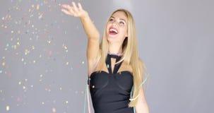Glückliches sexy blondes junges Mädchen, das Spaß auf einer Partei hat Lizenzfreies Stockbild