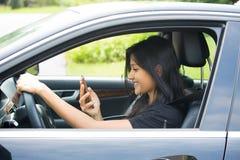 Glückliches Simsen im Auto stockfotos
