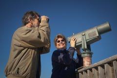 Glückliches Skywatching und Birdwatching Stockfotos