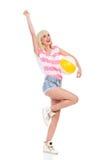 Glückliches Sommermädchen mit einem Wasserball Stockfoto