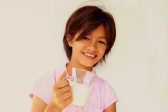 Glückliches Sommermädchen mit Milch lizenzfreie stockbilder