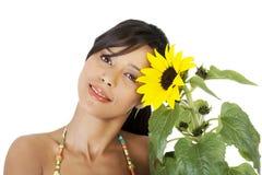 Glückliches Sommermädchenporträt mit Sonnenblume Stockbilder