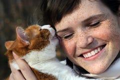 Glückliches sommersprossiges Mädchen und lustige rote Katze Lizenzfreie Stockfotos