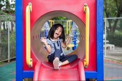 Glückliches Spiel des netten asiatischen Mädchens Park des Spielparks im im Freien lizenzfreies stockfoto