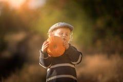 Glückliches Spielen des kleinen Jungen im Freien in der schönen Herbstlandschaft Stockfotos