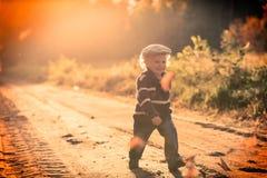 Glückliches Spielen des kleinen Jungen im Freien in der schönen Herbstlandschaft Lizenzfreie Stockfotografie