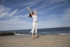 Glückliches Springen Stockfoto