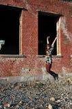 Glückliches Springen der jungen Frau Lizenzfreie Stockfotografie