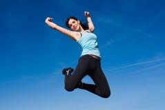 Glückliches Springen der jungen Frau Stockfoto