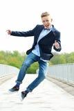 Glückliches Springen des jungen Mannes Stockbilder