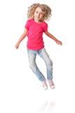 Glückliches springendes Mädchen mit Fersen zusammen Stockfotos