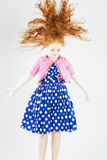 Glückliches springendes rothaariges kaukasisches Mädchen im gepunkteten Kleid Pl Stockbild