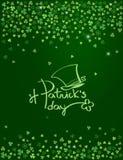 Glückliches St- Patrick` s Tagesbeschriftungslogo mit Koboldhut auf funkelndem dunkelgrünem Kleehintergrund Vektor Stock Abbildung