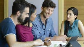 Glückliches Studentenstudieren stock video footage