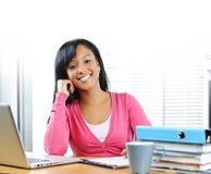 Glückliches Studieren des weiblichen Kursteilnehmers stockbild