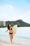 Glückliches Surfermädchen, das auf Waikiki-Strand, Hawaii surft Stockbilder