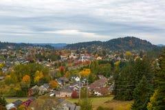 Glückliches Tal-Wohnnachbarschaft durch Berg Talbert lizenzfreie stockbilder