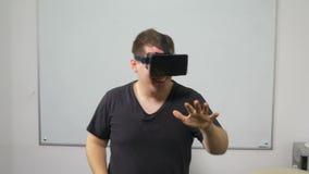 Glückliches Tanzen des jungen Mannes mit VR-Gläsern stock footage