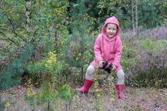 Glückliches Tanzen des kleinen Mädchens mit Ferngläsern in der Hand lizenzfreie stockfotos