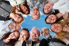 Glückliches Team. Auf blauem Himmel Stockfoto