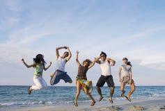 Glückliches Teamspringen Lizenzfreie Stockfotografie