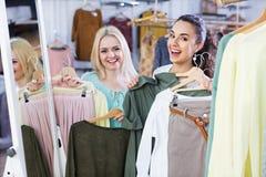 Glückliches Trikot der jungen Frau Einkaufs Lizenzfreie Stockfotos