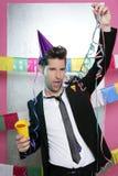 Glückliches trinkendes alleine genießen des jungen Mannes der Party stockbilder