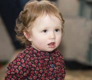 Glückliches u. hübsches Kleinkind mit Brown-Augen u. -geblümtem Kleid Stockbilder